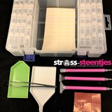 Diamond Painting opbergdoos / sorteerkoffertje met 42 fliptop doosjes plus benodigdheden ernaast
