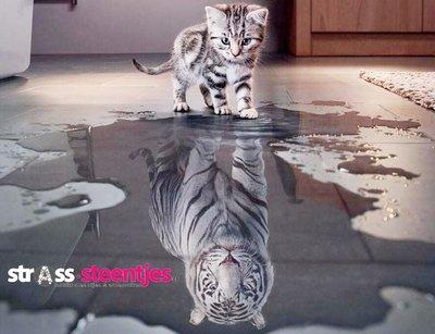 Diamond Painting pakket - Kleine poes ziet zichzelf als tijger in het water 60x46 cm (full)