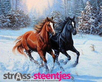 Diamond Painting pakket - Zwart en bruin paard galopperend in de sneeuw 38x30 cm (full)