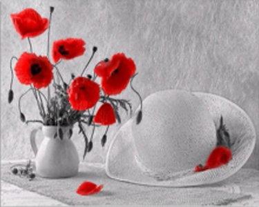 Papavers in een vaas met een witte hoed